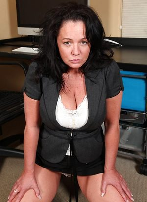 Mature secretary Pepper takes a break to masturbate