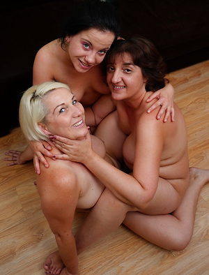 Tribbing and cunt eating in a lesbian threesome
