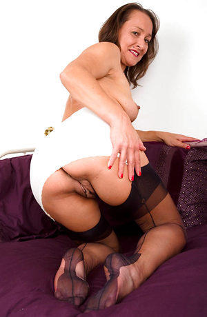 Carla - Milfy muff play in nylons